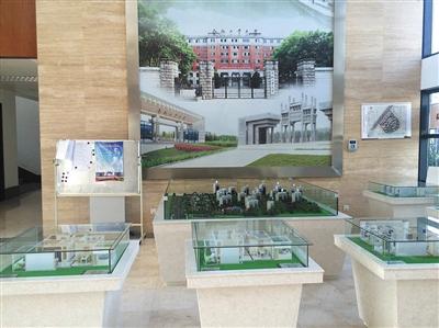 8月14日,合工大宣城校区行政楼一楼大厅内,摆着多个楼盘的沙盘模子。