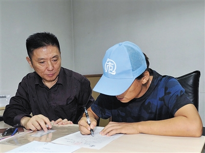 昨日上午,王宝强在代理律师张起淮的陪同下到法院起诉离婚,其工作室微博同时公布了立案声明(右上图)及法院受理通知书(右下图)。