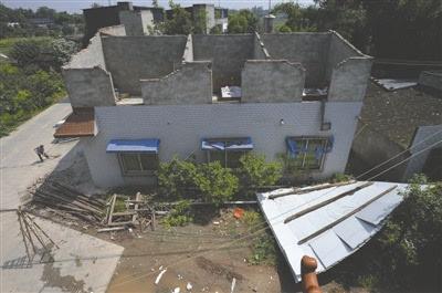 一村民家的屋顶被大风吹掉