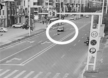 轿车调头碾轧女子。视频截图