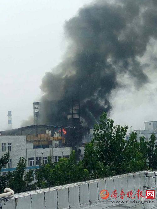 大雨中的济南齐鲁制药厂着火了!现场黑烟滚滚