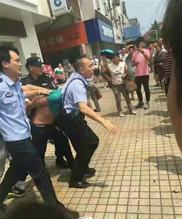 女子被警方礼服。