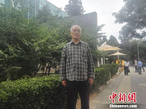 5月31日,庭审结束后,季承在法院外接受采访。上官云 摄
