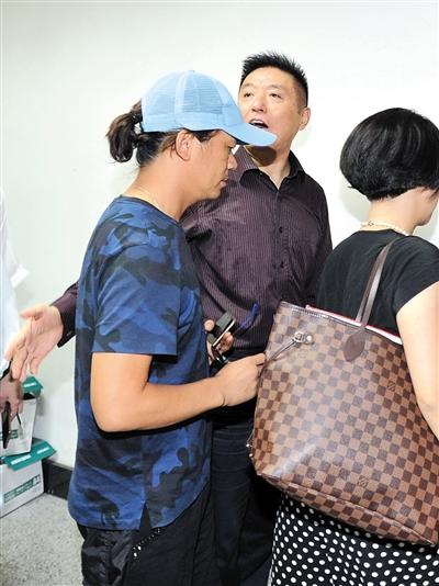 8月15日上午9时许,王宝强在律师的陪同下来到北京朝阳法院起诉离婚。 图/视觉中国