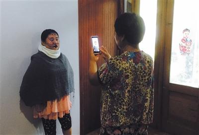 母亲刘光菊帮王守英照相,图中她的外型参考了麦昆的一款描绘。