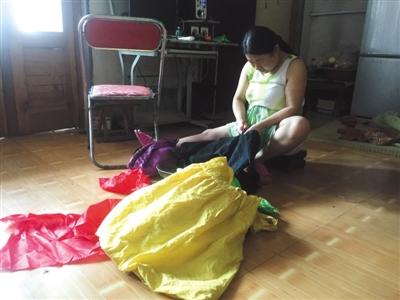 8月10日,王守英拆洗从前的旧衣物。A14-A15版拍照(除签名外)/新京报记者 张维