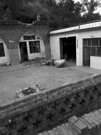 巨石砸坏屋顶边缘后滚落到院子中。家属供图