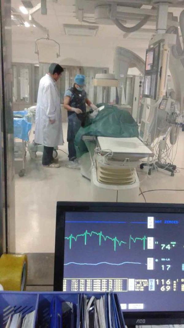 孟昭余、陈建军在导管手术间内的照片。李红