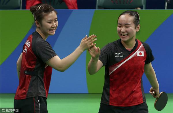 新加坡女队和日本女队都是女子乒坛的传统强队,在此前进行的女子团体比赛中,新加坡女队首轮3比0轻松击败埃及女队,在1/4决赛中她们苦战五盘3比2险胜韩国女队。半决赛中,新加坡0比3输给中国女队无缘决赛。日本女队首轮3比0拿下波兰女队,1/4决赛则以3比0战胜了奥地利女队。在半决赛中日本2比3憾负德国女队,失去参加决赛的机会。此番在季军争夺战中相遇,新加坡和日本都希望能够击败对手夺得铜牌。新加坡本场出战的选手是冯天薇、于梦雨和周一涵,而日本出战的三名选手是石川佳纯、福原爱和伊藤美诚。
