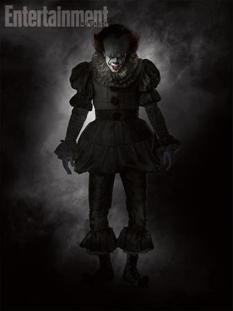 《小丑回魂》全身照曝光 黑色女装吓破人胆