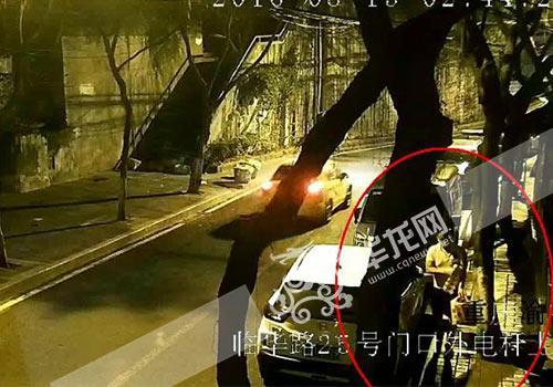 女子偷盗背工里拿着一件红牛和一袋子高等烟。渝中警方供图