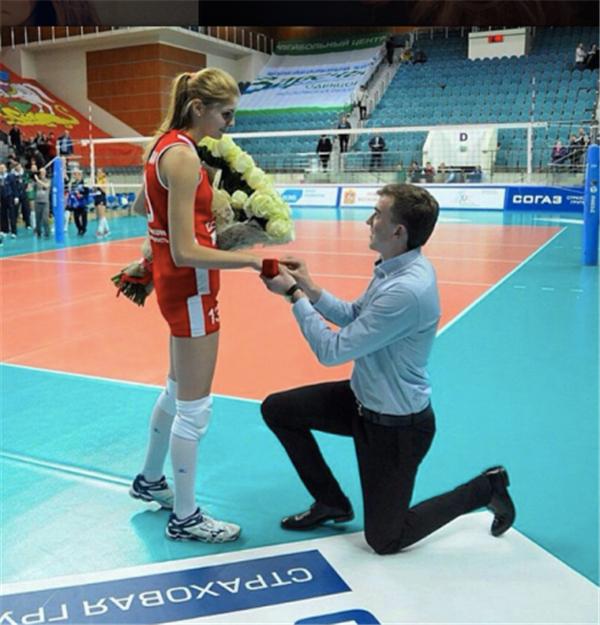 2014-2015赛季俄超季军争夺第二场比赛结束后,小美女费蒂索娃赛场接受了男友的求婚