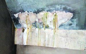 胶体从物业维修的漏水点淌出来。