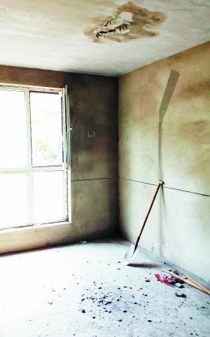 棚顶露出个洞,水泥掉满地。