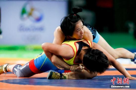 当地时间8月17日,里约奥运会女子自由式摔跤48公斤级,中国选手孙亚楠(蓝)战胜哈萨克斯坦选手埃什莫娃(ESHIMOVA Zhuldyz)夺得铜牌。中新网记者 杜洋 摄