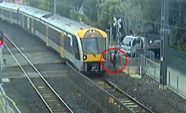 【环球网综合报道】据英国《每日邮报》8月16日报道,近日,新西兰铁路网发布了一些监控录像片段,展示了一些行人穿越铁轨时惊心动魄的瞬间。