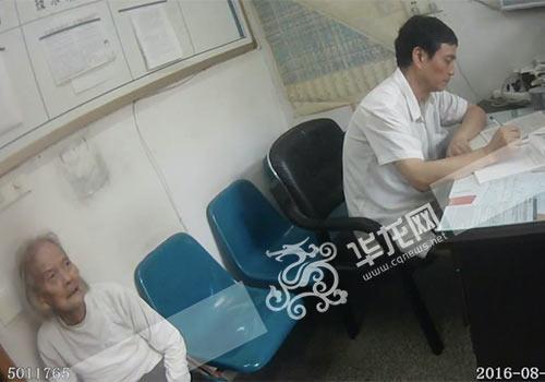 医务职员将老奶奶组织在办公室休养,期待家人。九龙坡警方供图