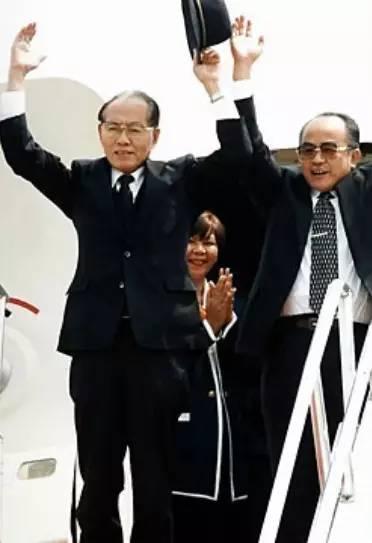 黄长烨曾当过金日成的秘书,因此深得金日成信任,在担任金日成综合大学校长时还曾亲自指导金正日兄妹们的学习。