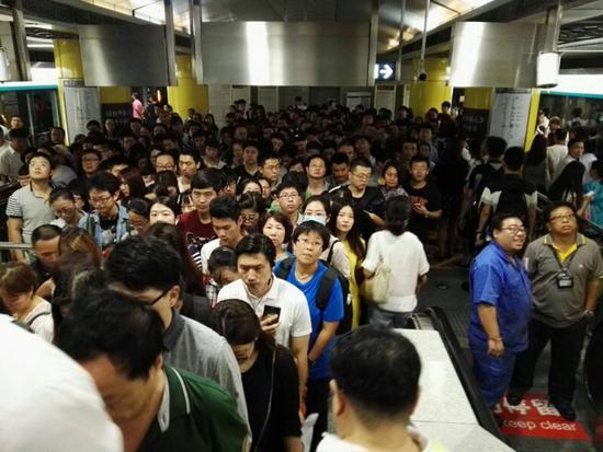8月18日,早高峰期间北京地铁1号线八宝山站附近地面交通拥挤(新华社