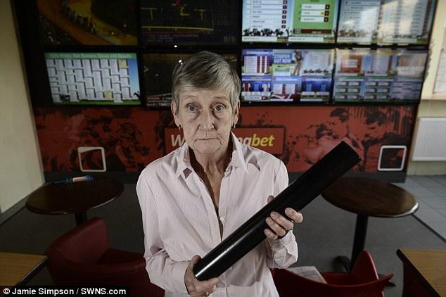 【环球网综合报道】据英国《每日邮报》8月17日报道,在苏格兰格拉斯哥郡,一位名叫米歇尔・麦克利恩(Michael Mclean)的劫匪到一家博彩店打劫时,66岁的店员玛丽・巴肯(Mary Buchan)操起铁棒英勇抵抗,协助警察成功抓获了劫犯。