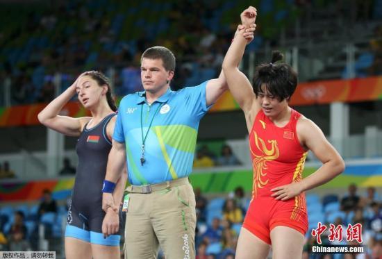 当地时间8月18日,2016里约奥运会摔跤女子自由式75公斤级铜牌争夺战中,中国选手张凤柳(红)获得一枚铜牌。