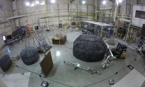 在NASA兰利研究中心的航天器结构实验室,ARM任务的机器人接触和约束系统正在进行测试。来源:NASA