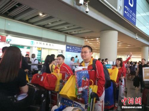 北京时间8月19日下午,参加完里约奥运会的中国体操队抵达北京首都国际机场,尽管此次成绩不甚理想,但全队在机场仍然受到粉丝和队友的欢迎。中新网记者 梁婷 摄