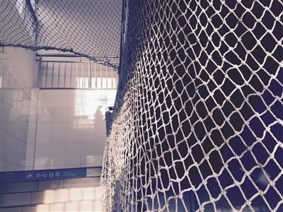 网戒中心楼道两旁装有防护网,防止出现安全事故。