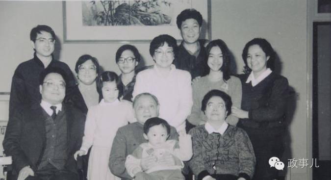 邓朴方(二排左一)与家人