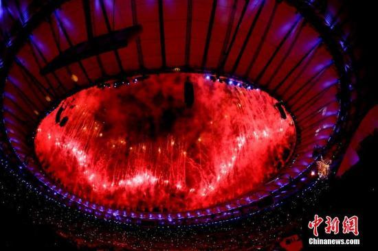 当地时间8月5日,2016里约奥运会开幕式在马拉卡纳体育场举行。开幕式现场上空烟花璀璨。中新网记者 杜洋 摄