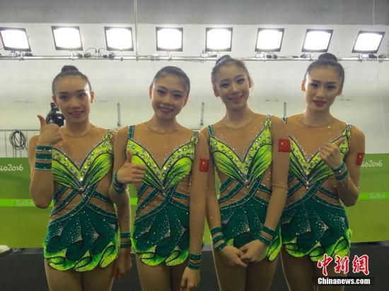 中国队艺术体操姑娘们赛后合影,还有一名艺术体操队成员杨晔因为比赛中受伤无法参加合影。 中新网记者 张素 摄