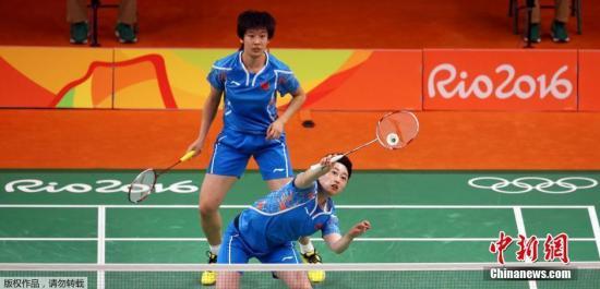 在男单决赛中,谌龙以2-0(21-18、21-18)力克李宗伟夺金。谌龙赢得决赛胜利后,抱着李永波激动痛哭。 中新网记者 杜洋 摄