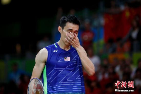 谌龙身披国旗庆祝胜利。 中新网记者 杜洋 摄