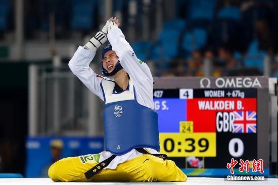 当地时间8月20日,2016里约奥运会女子跆拳道67公斤以上级半决赛,中国选手郑姝音(兰)凭借加时赛的击头成功晋级决赛。中新网记者 盛佳鹏 摄