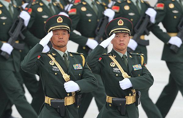 """2015年9月3日抗战阅兵中,祝运璇(右)是""""华南游击队""""英模部队方队两名将军领队之一。"""