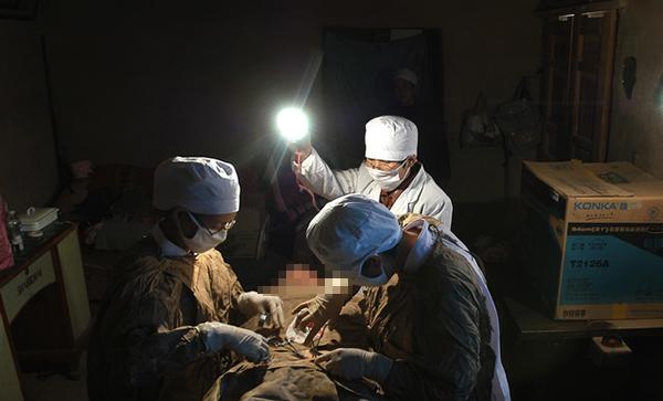 一名计生技术服务站的大夫为村民做节育手术。视觉中国 资料