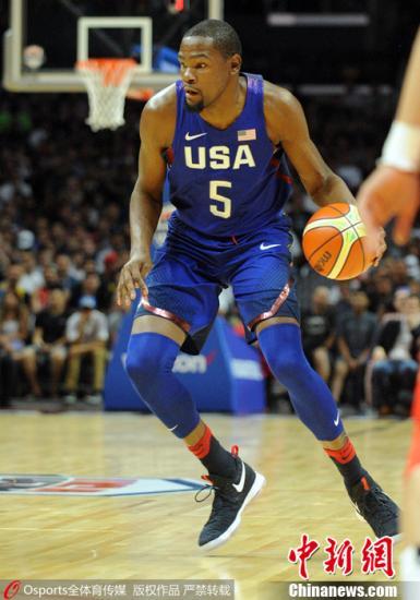 2016年7月25日,中美男篮热身首战在洛杉矶斯台普斯球馆结束,中国男篮57-106不敌美国男篮梦之队。赵继伟表现不俗得到14分,易建联得到18分7篮板。 Osports全体育图片社
