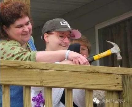 她下半身瘫痪,没法独立行走,不管到哪,都只能靠母亲用轮椅推着。