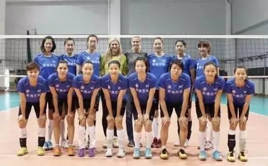 上海东浩兰生女排中的两位外援:森纳和帕万。