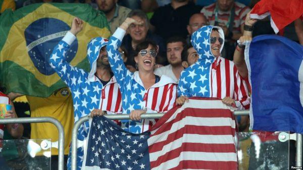 里约奥运会上的美国队的撑持者们(美国之音电台网站)