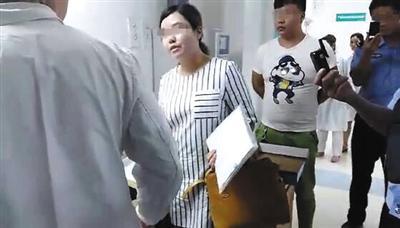 视频显示,一名法院工作人员对医院工作人员表示不满。
