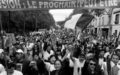 法国华侨华人发起的游行现场。图/视觉中国