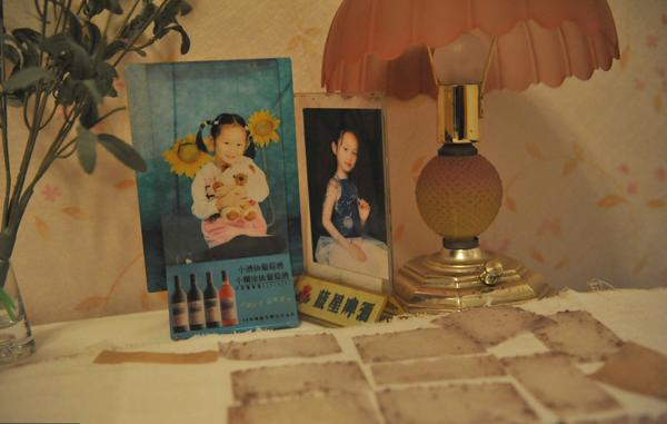 2012年2月24日,安徽合肥,周岩的卧室内摆放着她童年时期的照片,桌子上则有多张更换下来的纱布。据周岩的小姨介绍,为了给周岩一个好心情,房间里特意装饰了一番。 视觉中国 资料图