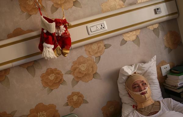 2013年09月25日,北京,周岩在病房里休息。 视觉中国 资料图