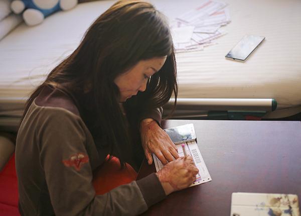 2016年3月26日,北京,21岁的周岩在病房内填写快递单。 视觉中国 资料图