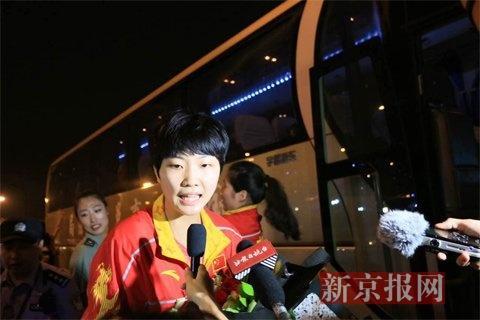 袁心玥接受采访。