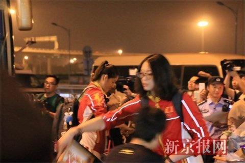 恵若琪和球迷互动。
