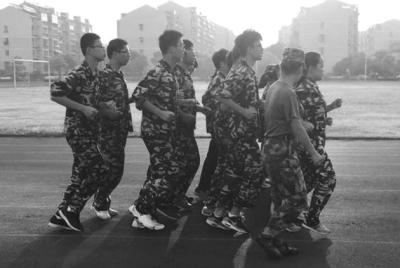 扬大附中东部分校开始军训 孔棋 摄-军训就是晒太阳 2.0 升级版不仅训