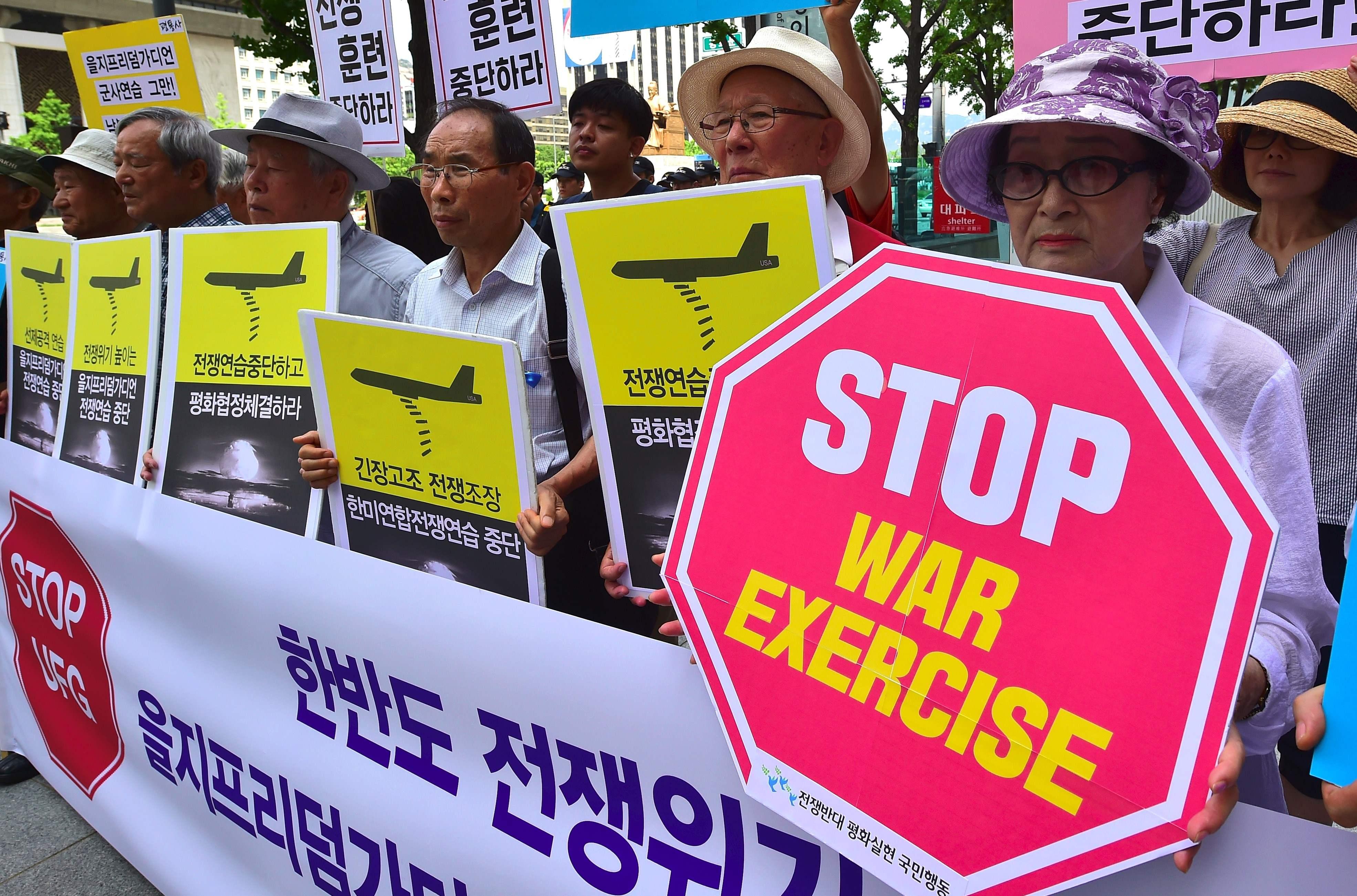"""反战人士在美国驻首尔大使馆请愿,需要韩美""""遏制军事练习""""。"""