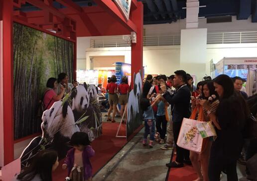 图为马来西亚旅游促进局主席黄朱强、马来西亚华人旅游业公会总会长拿督陈三顺莅临中国展区。